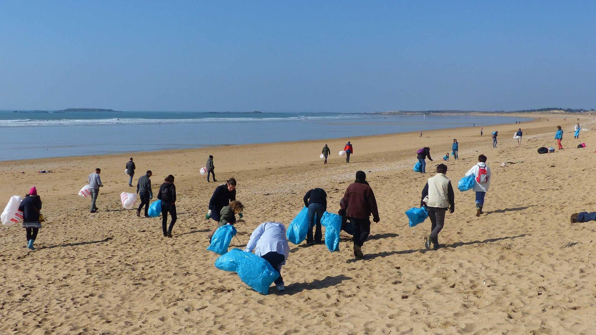 Nettoyage de plage avec Les Mains Dans Le Sable